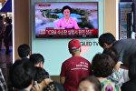Люди смотрят новости об испытании водородной бомбы Северной Кореей на железнодорожной станции в Сеуле, Южная Корея