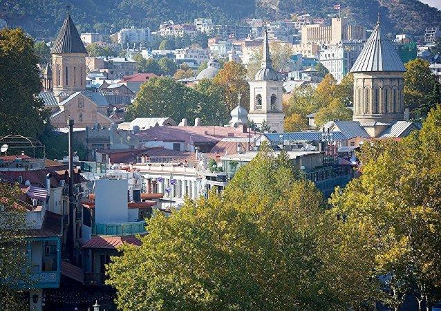 Центр Тбилиси - вид на купола собора Сиони (справа) и монастыря Джварисмама (слева)