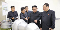 Ким Чен Ын рассматривает ракету при испытаниях ядерного оружия
