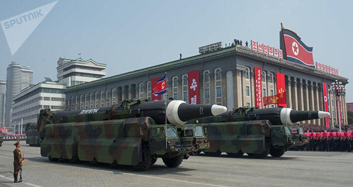 Пусковые установки баллистических ракет средней дальности Nodong Корейской народной армии во время парада, приуроченного к 105-й годовщине со дня рождения основателя северокорейского государства Ким Ир Сена, в Пхеньяне