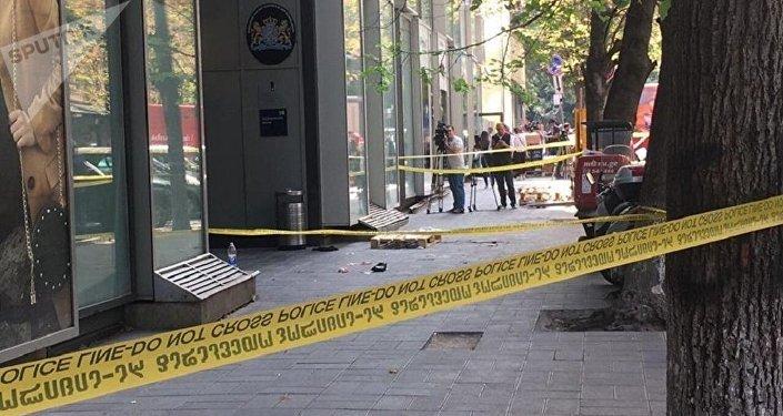 Оцепленное полицейской лентой место, где мужчина ранил свою бывшую супругу