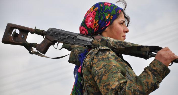 Курдская женщина-боец из Женского Отряда Сопротивления в тренировочном лагере около турецко-сирийской границы