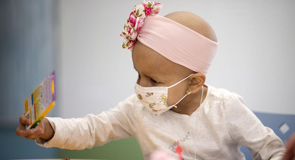Ребенок с онкологическим заболеванием в больничной палате