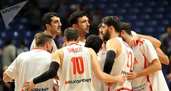 Баскетболист Заза Пачулия в окружении игроков сборной Грузии по баскетболу
