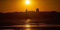 Закат на набережной реки Невы в Санкт-Петербурге