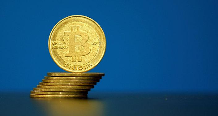 Монеты биткоин в центре криптовалюты в Париже