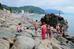 Отдыхающие в Сарпи на берегу Черного моря