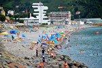 Отдыхающие на пляже в Сарпи на берегу Черного моря