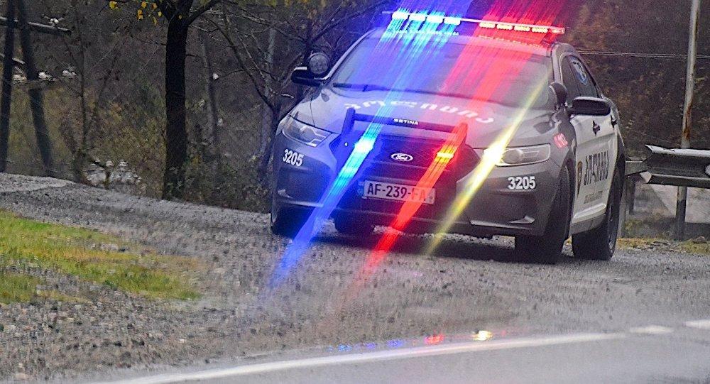 Полицейская машина на загородной трассе