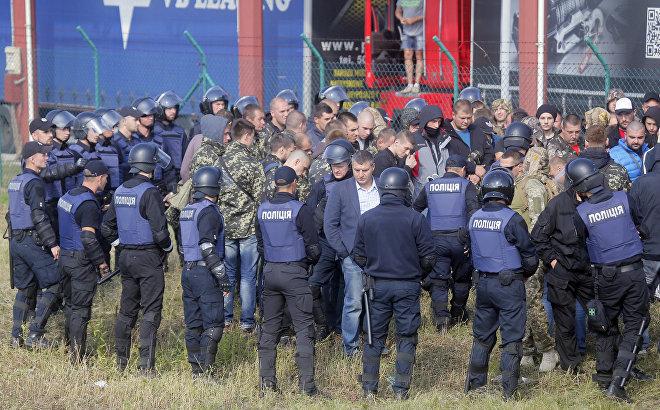 Люди, которые собираются протестовать против приезда Михаила Саакашвили, окружены полицией на контрольно-пропускном пункте Краковец