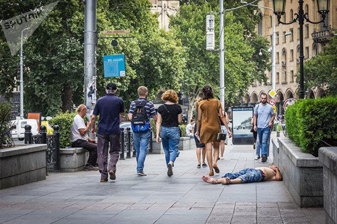 Нищий бездомный на улице в грузинской столице