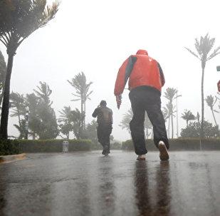 Люди идут по пляжу, в то время как ураган Ирма прибывает на юг Флориды, в Майами-Бич, штат Флорида, США