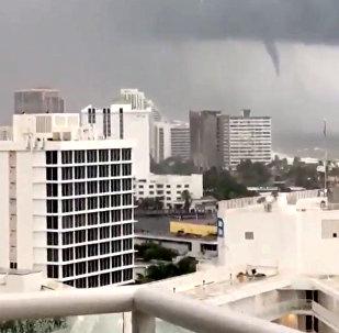 Торнадо видно с пляжа Форт-Лодердейл, штат Флорида, США