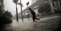 Последствия урагана Ирма в Майями - человек переходит затопленную улицу в центре города