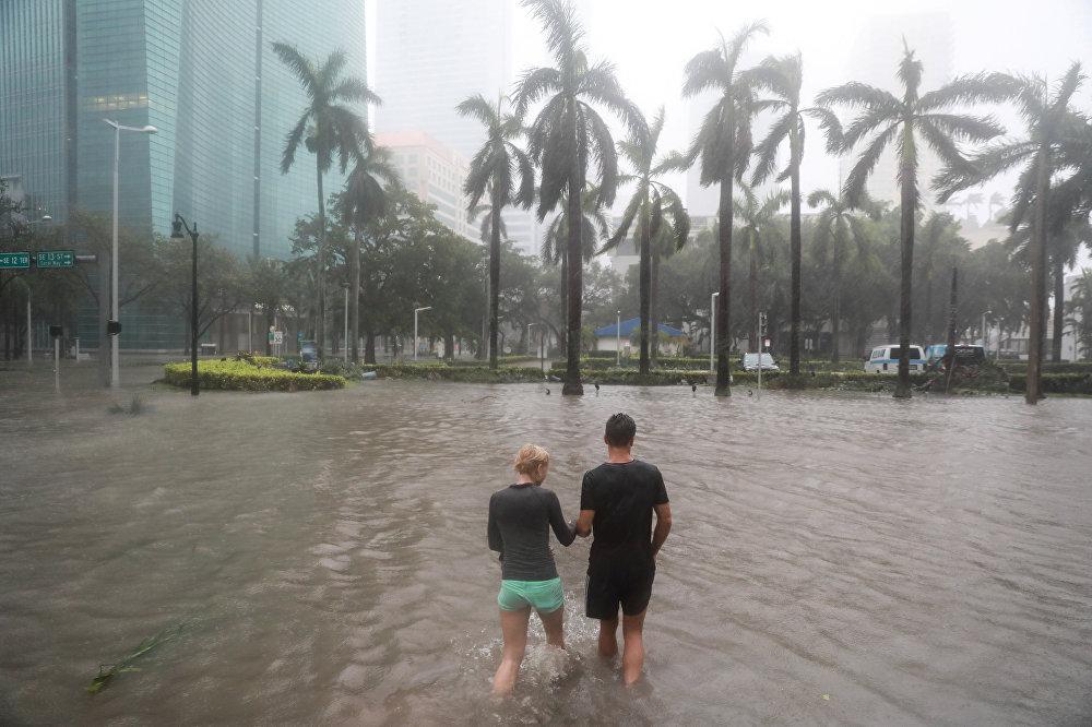 ქარიშხალი ირმას შედეგები ფლორიდაში - ხალხი მაიამის დატბორილ ქუჩებში გადაადგილდება