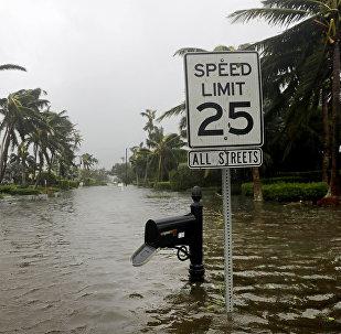 Затопленные улицы в городе Неаполь, штат Флорида, после того как через него прошел ураган Ирма