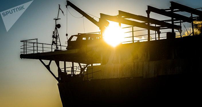 Брошенное судно Yeruslan, ранее арестованное за невыплату зарплат работавшим на нем морякам, горит у берегов Владивостока в акватории Амурского залива