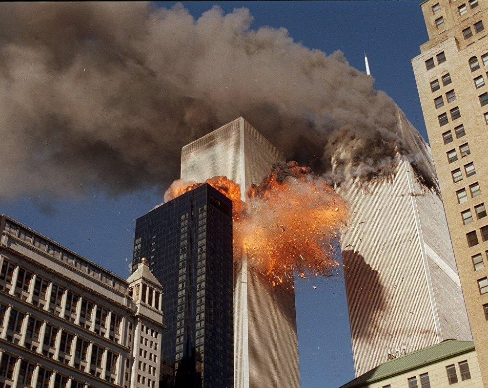 Дым и огонь вырываются из башен Всемирного торгового центра после совершенной террористами атаки