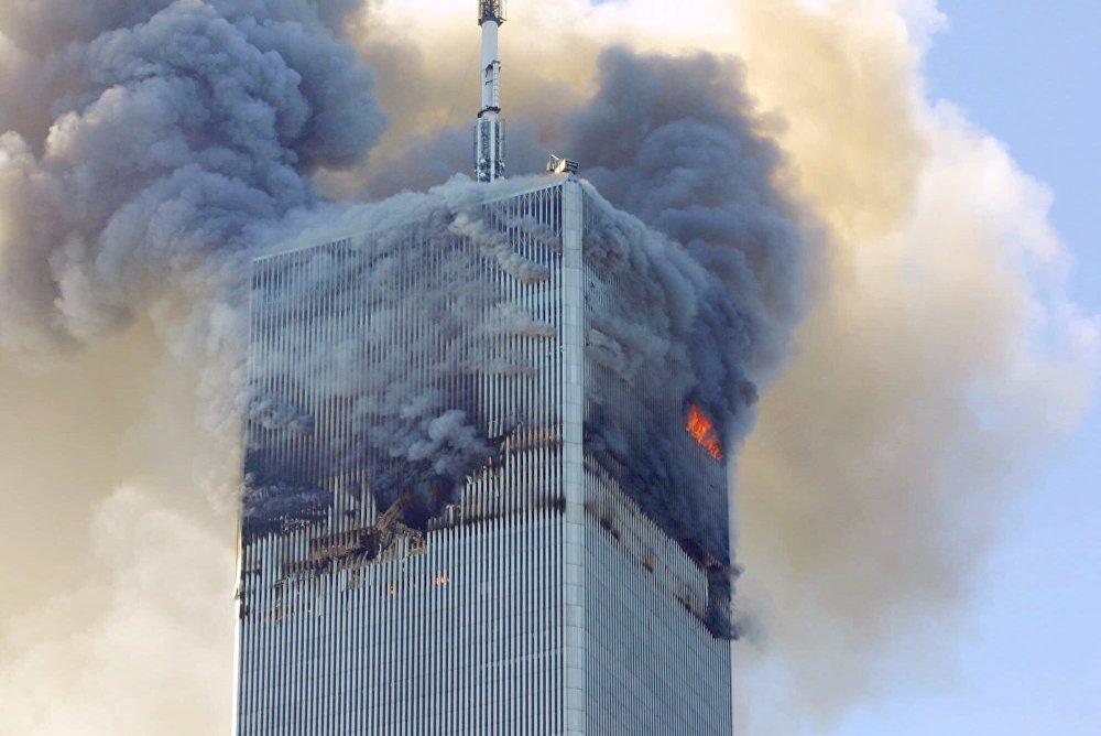 Огонь и дым вырываются из северной башни Всемирного торгового центра в Нью-Йорке после террористической атаки 11 сентября 2001 года