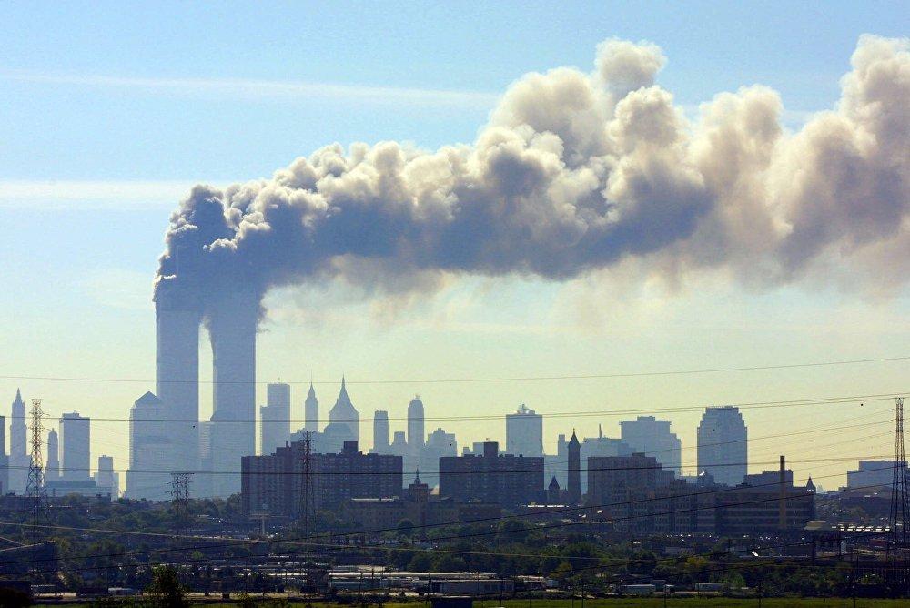 Дым над башнями-близнецами Всемирного торгового центра в Нью-Йорке был виден даже из Нью-Джерси
