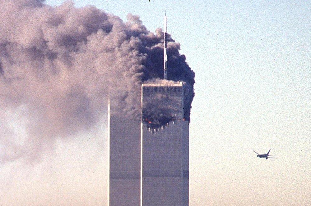 После шокирующих кадров атаки террористов на северную башню Всемирного торгового центра, еще более ужасающей стала картина, когда второй самолет спустя семнадцать минут поразил южную башню ВТЦ