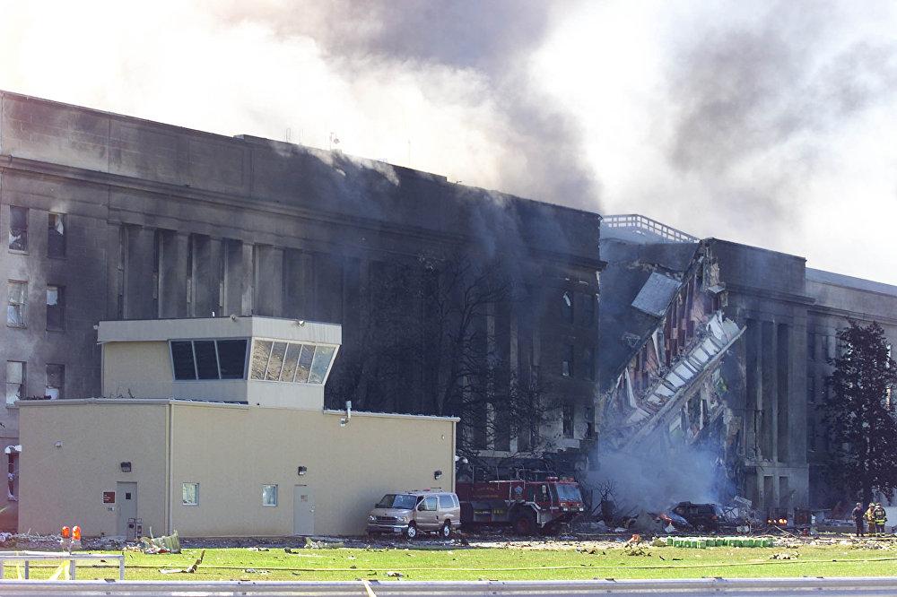 Дым, поднимающийся из здания Пентагона в Вашингтоне 11 сентября 2001 года, после того как в него врезался захваченный террористами пассажирский самолет