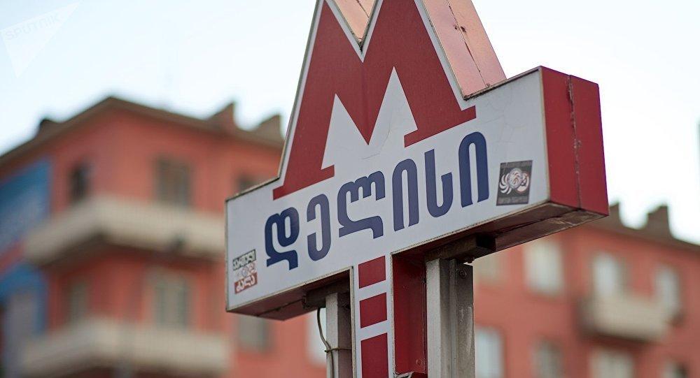Вход на станцию метро Делиси