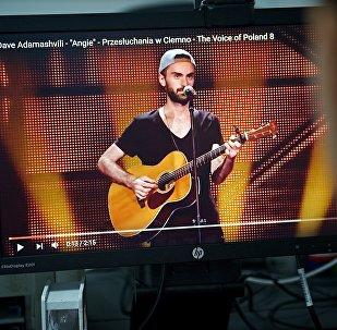 Дейв Адамашвили играет на гитаре