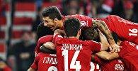 Игроки ФК Спартак радуются забитому мячу