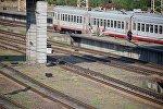 Пассажирский поезд на железнодорожном вокзале в столице Грузии