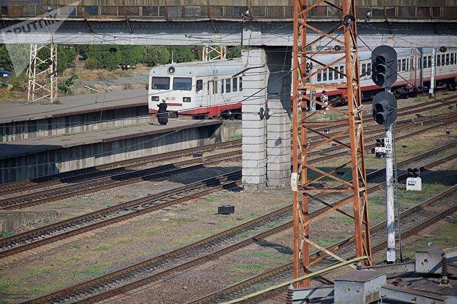 Пассажирский поезд на железнодорожном вокзале