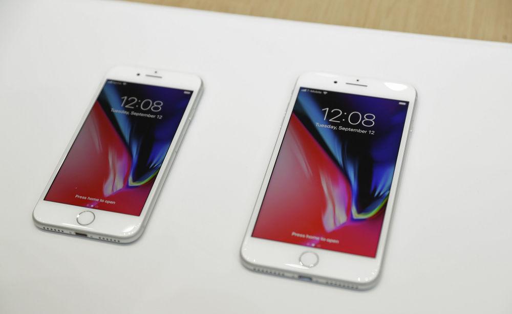 Новые iPhone 8 и iPhone 8 Plus будут доступны в трёх вариантах: с 64, 128 и 256 ГБ встроенной памяти. В продажу они поступят с 22 сентября по цене от 699 $ за iPhone 8 и 799 $ — за iPhone 8 Plus