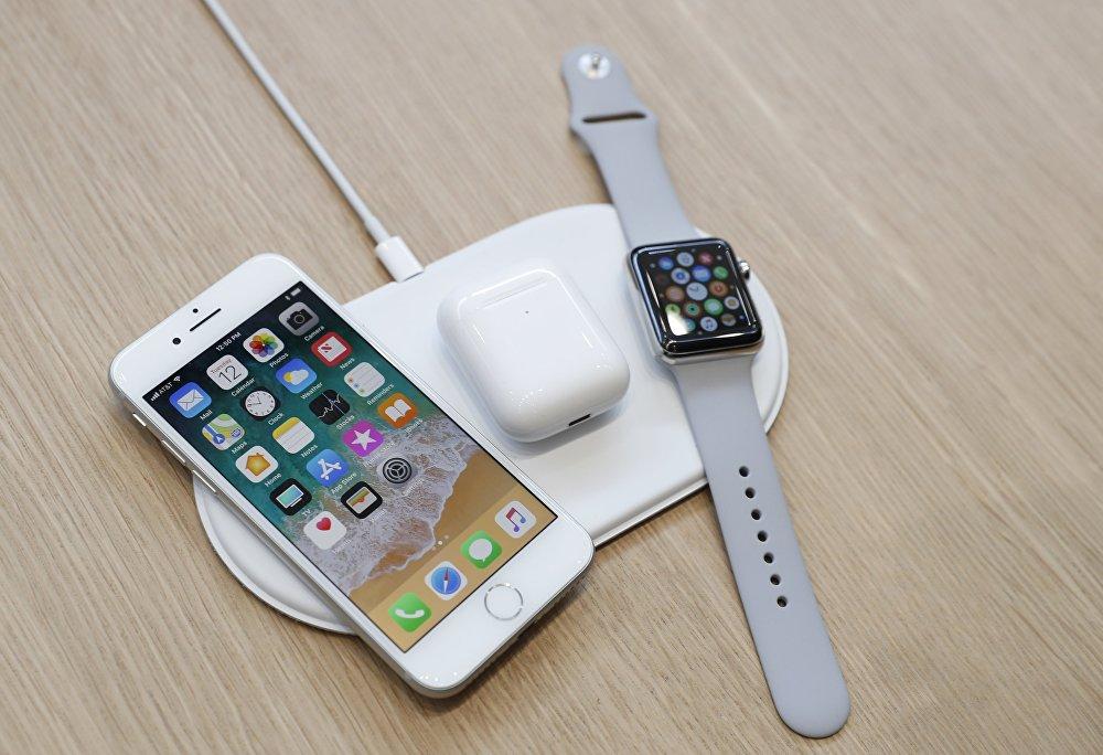 В смартфонах также реализована беспроводная зарядка стандарта QI. Заряжать можно через специальный коврик AirPower, который поступит в продажу в конце года. Для AirPods также разработан новый чехол с поддержкой беспроводной зарядки