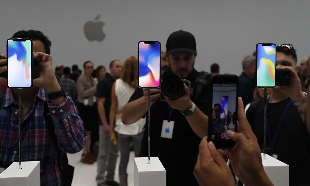 Участники презентации фотографируют новые модели iPhone в новом офисе Apple в Купертино, Калифорния