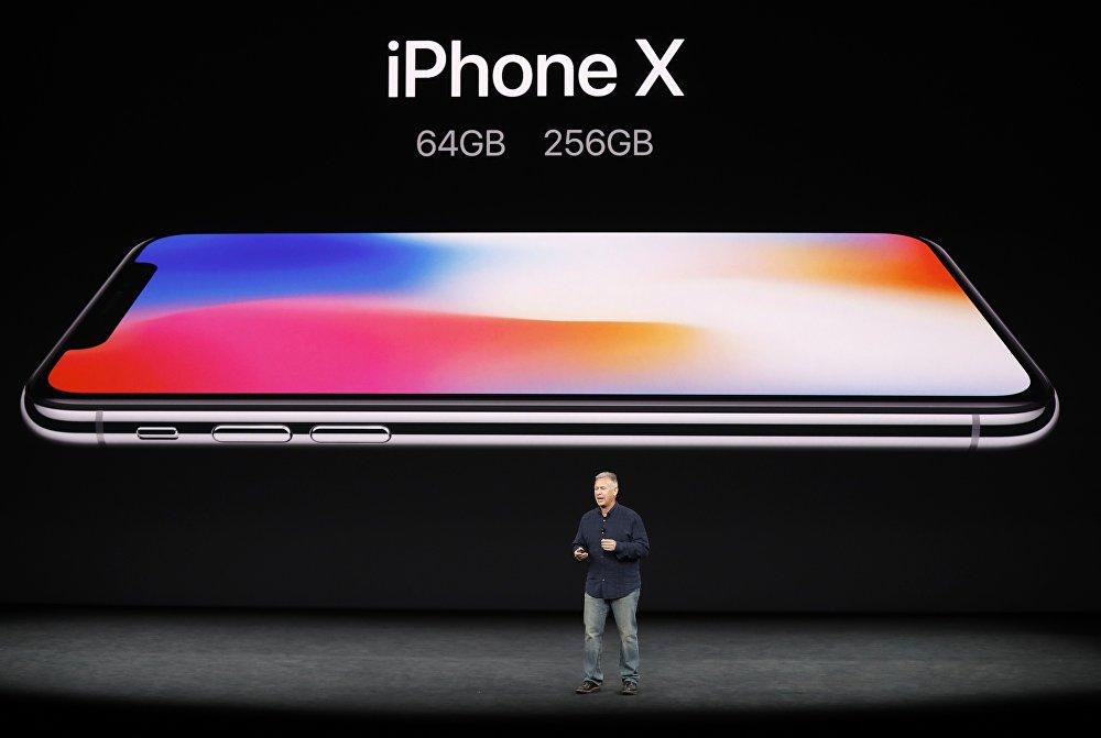 Революционный iPhone X стал главным событием презентации новых смартфонов от Apple. Впервые в дизайне iPhone произошли столь значительные изменения - у телефона отсутствует рамка. Камера сзади повернута на 90 градусов. Телефон полностью водо- и пыленепроницаемый, со стеклянной крышкой и стальными вставками. На фото - вице-президент Apple по маркетингу Фил Шиллер представляет iPhone X на презентации в Купертино, Калифорния