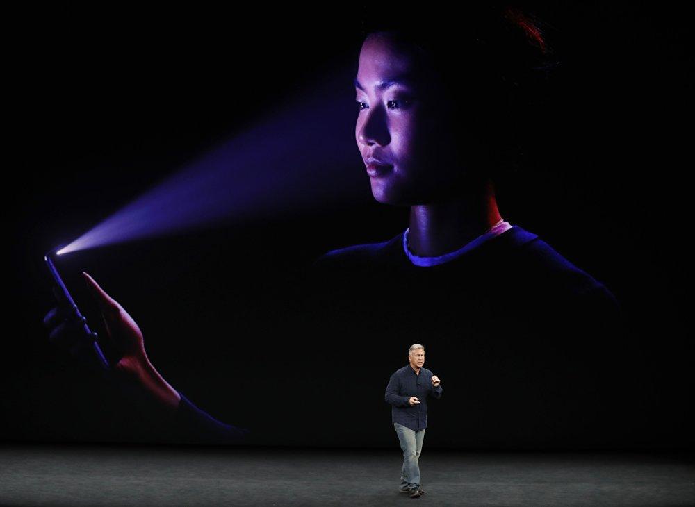 Для распознавания лиц в новых iPhone используется машинное обучение и нейронный движок, встроенный в чип А11 Bionic. Разработчики обещают, что распознавать лицо смартфон будет, даже если его владелец сменит прическу или наденет очки. Весь блок датчиков для распознавания лиц в Apple назвали TrueDepth Camera. Он находится в выступе над дисплеем. В общей сложности датчики способны анализировать 30 тысяч невидимых точек, чтобы создать проекцию лица