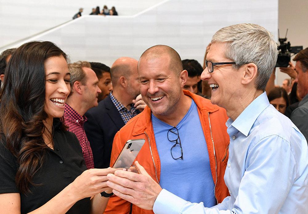 Генеральный директор Apple Тим Кук (справа) тестирует новый iPhone X во время презентации в новой штаб-квартире Apple в Купертино, Калифорния. Особое внимание приковано к экрану - 458ppi, SuperRetina, разрешение 2436×1125, диагональ 5,8 дюйма. И экран действительно OLED. Также в iPhone X реализованы технологии 3D Touch, True Tone, и нет никакой кнопки Home. Экран включается касанием. Управление телефоном также происходит с помощью жестов