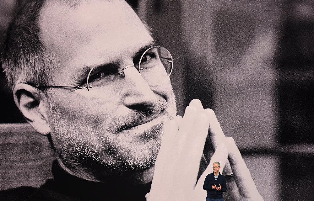 Генеральный директор Apple Тим Кук выступает во вреГенеральный директор Apple Тим Кук выступает во время презентации новых iPhone в новой штаб-квартире Apple в Купертино, на фоне огромного портрета легендарного Стива Джобса - одного из основателей и руководителя Apple на протяжении многих лет, которого также называют пионером IT-технологиймя медиа-мероприятия в новой штаб-квартире Apple