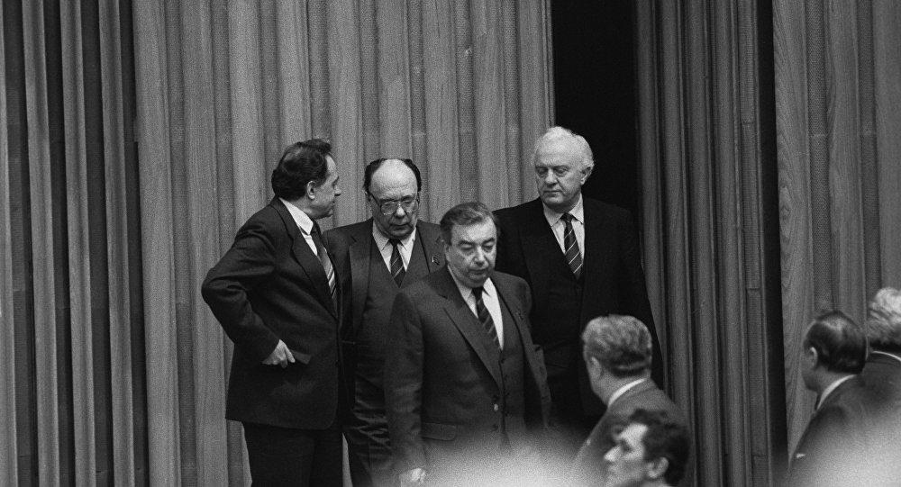 Е.М. Примаков, А.Н. Яковлев, Э.А. Шеварднадзе на II Съезде народных депутатов СССР
