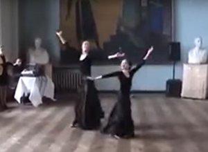 Мать и дочка исполнили аджарский танец