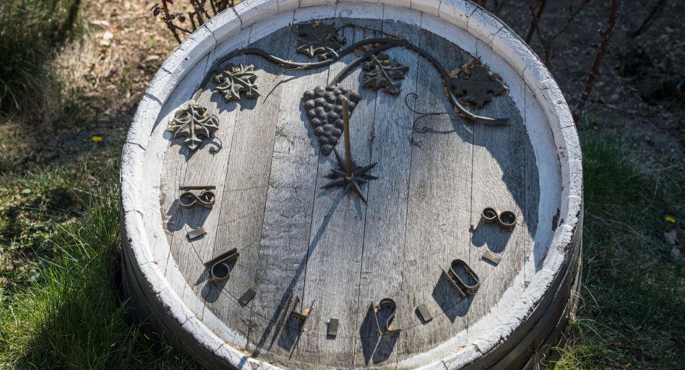 Солнечные часы на старой дубовой бочке