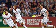 Игроки ФК Локомотив Игорь Денисов, Ари и Алексей Миранчук (слева направо) радуются забитому мячу