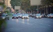 მანქანები თბილისის ერთ-ერთ ქუჩაზე