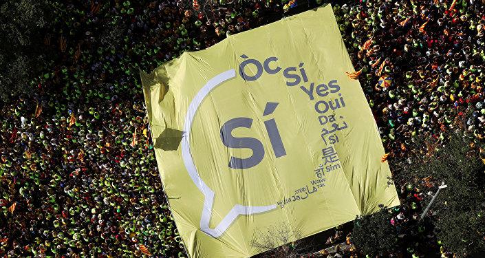 Гигантский баннер «Да» на митинге в национальный день Каталонии