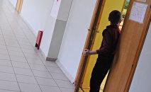 მოსწავლე საკლასო ოთახის შესასვლელ კართან დგას. არქივის ფოტო
