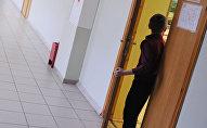 Мальчик у входа в класс в одной из московских школ, архивное фото