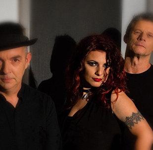 Певица Надин Захарян в составе лондонской рок-группы Kiss The Gun
