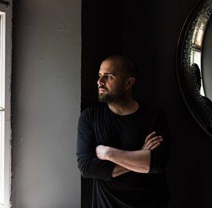 მწერალი ელჩინ საფარლი