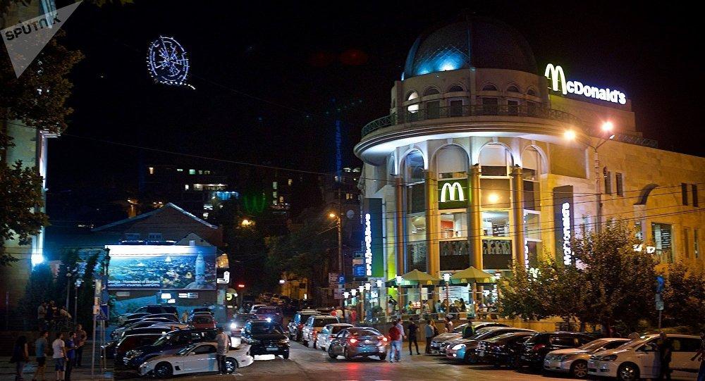 Ресторан МакДональдс в центре грузинской столицы