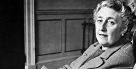 Легендарная писательница Агата Кристи в своем доме в Девоншире в 1946 году